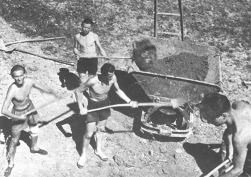11 Budování hřiště 1945